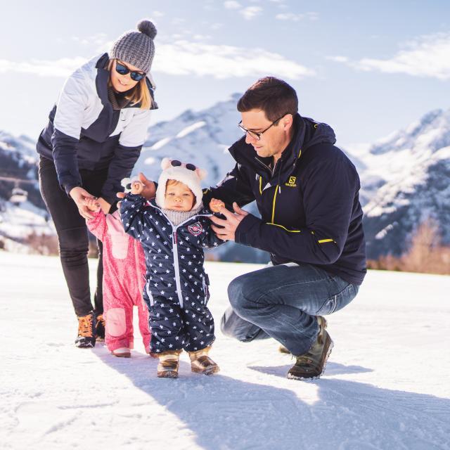 Famille qui profite du front de neige des 2 Alpes pour faire une promenade