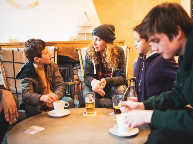Goûter en famille dans l'un des restaurants de la station de ski des 2 Alpes
