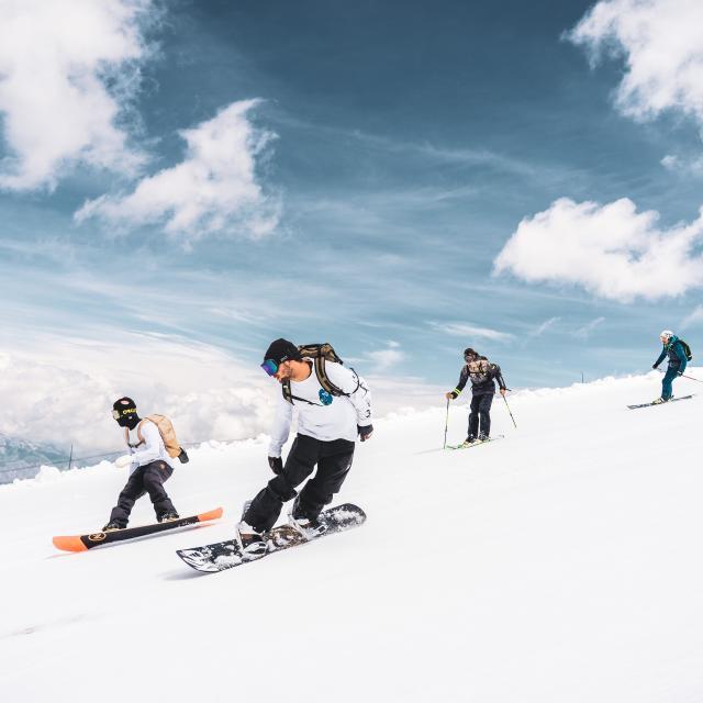 Glisse entre amis sur le glacier des 2 Alpes pendant l'été