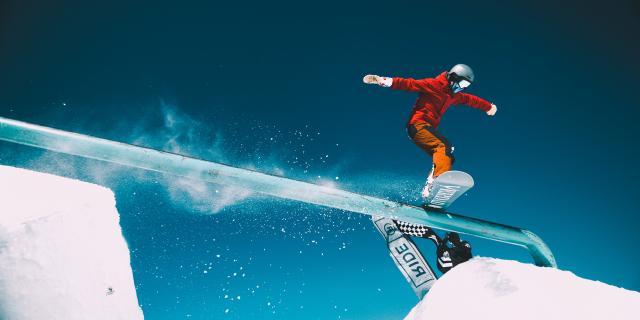 Snowboarder sur un rail du snowpark lors de l'ouverture de Toussaint aux 2 Alpes