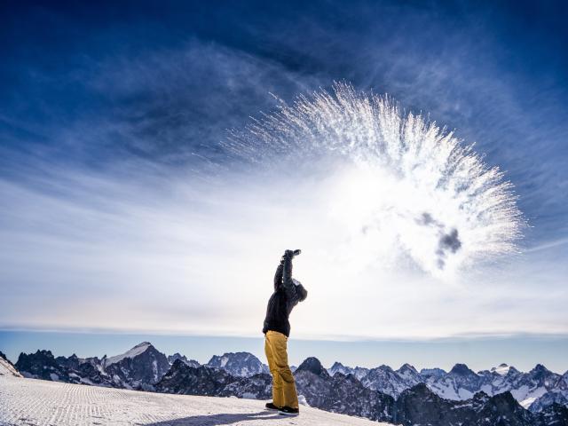 Grand froid au sommet du glacier des Deux-Alpes par une journée ensoleillée avec panorama sur le massif des écrins