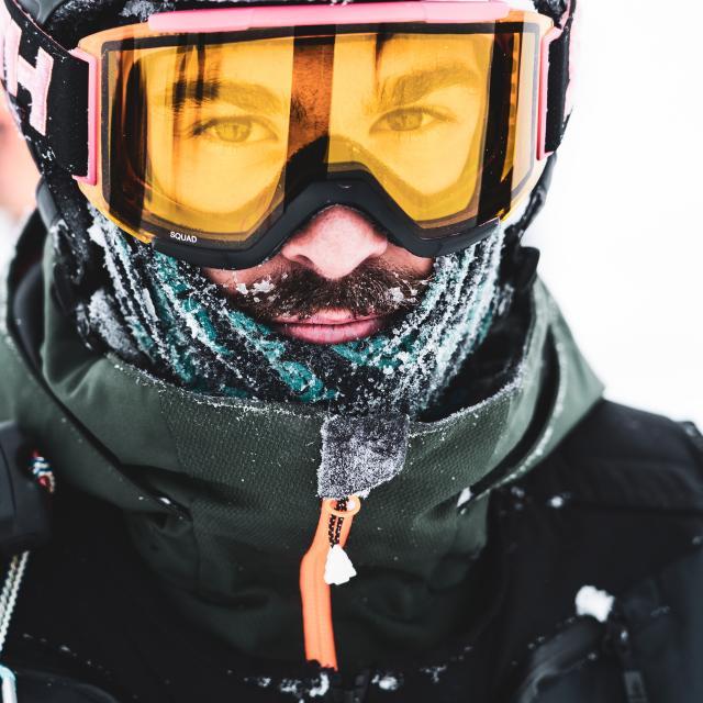 Portrait d'un pratiquant de snowboard lors d'une journée au Deux-Alpes