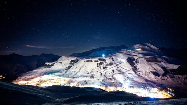 Station des Deux-Alpes illuminée sous les étoiles lors d'une soirée d'hivers
