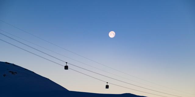 Panorama sur les remontées mécaniques des 2 Alpesavec la lune en fond