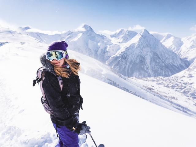 Grand sourire avant une descente en direction de la station des Deux-Alpes dans la neige fraîche
