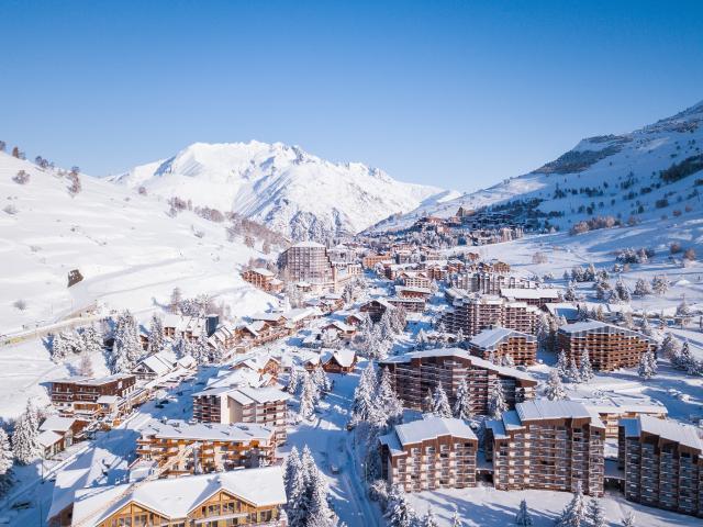 Station des 2 Alpes enneigée avec vue côté mont de lans