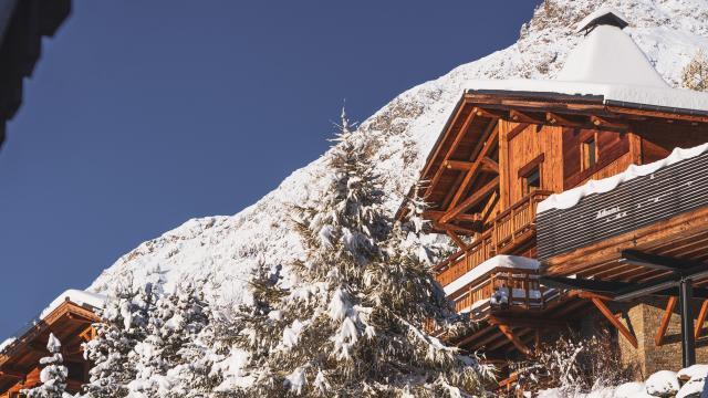 Chalet en bois avec vue juste après une chute de neige aux Deux-Alpes