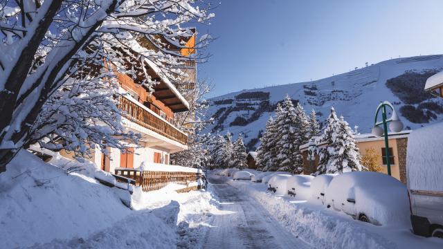 Rue de la station des Deux-Alpes Livert recouverte de neige après une chute de neige importante