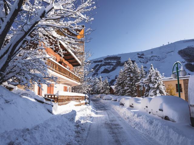 La station des Deux-Alpes sous la neige avec un ciel bleu le lendemain d'une chute de neige