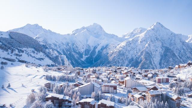 Point de vue aérien de la station des Deux-Alpes un lendemain de chute de neige