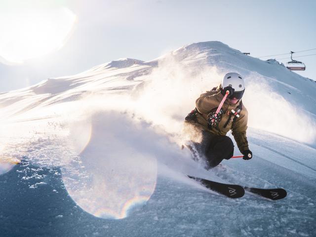 Virage dans la poudreuse à la Toura sur le domaine skiable des Deux-Alpes