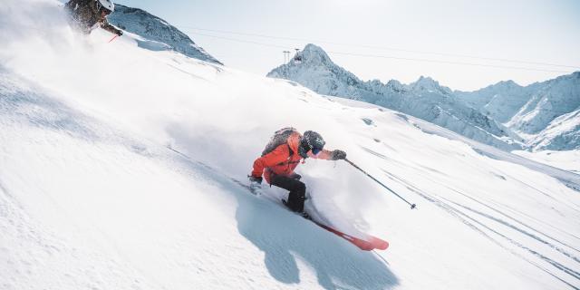 Skis de poudreuse par une journée de grand ciel bleu dans la station des Deux-Alpes
