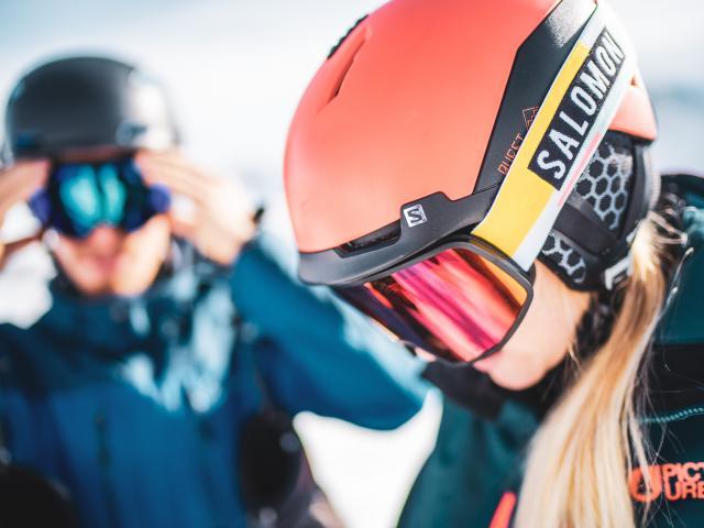 Jeune fille prête à descendre les pistes de ski équipé avec du matériel Salomon partenaire de la station des Deux-Alpes