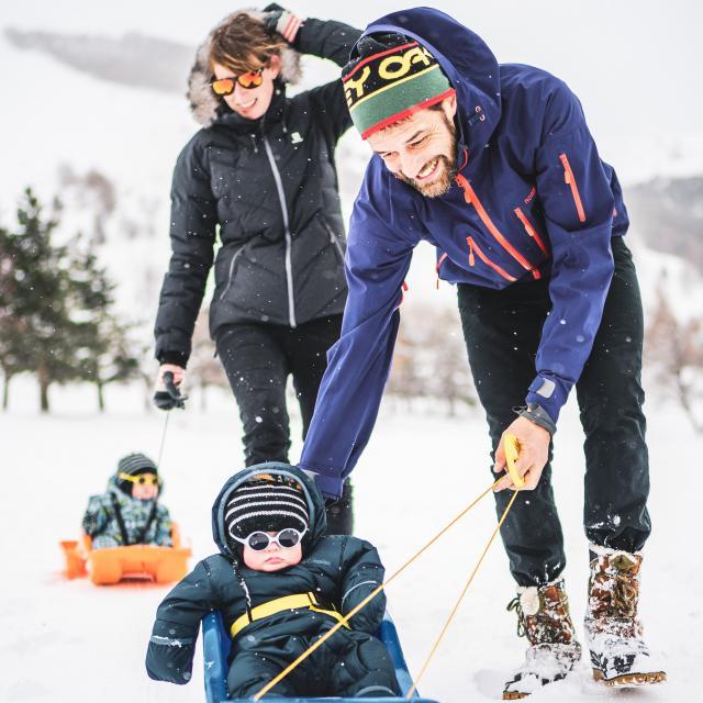 Promenade en famille sur le front de neige de la station des 2 Alpes