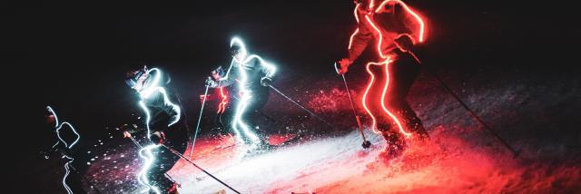 Ski de nuit lors d'une démonstration par les moniteurs pour les fêtes de fin d'année aux 2 Alpes