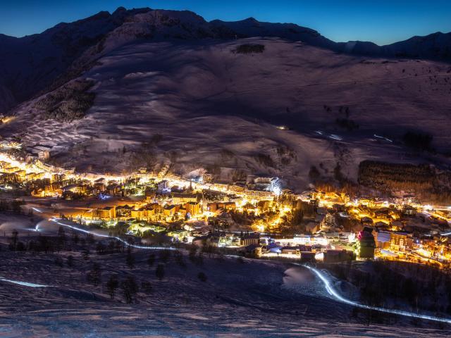 Station des 2 Alpes illuminé pendant une soirée d'hiver