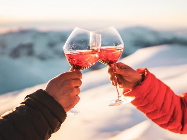 Cocktail en altitude dans un restaurant après une bonne journée de ski aux Deux-Alpes