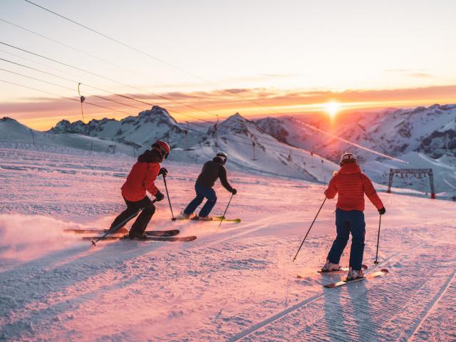 Ski de piste sur le glacier des Deux-Alpes au couché de soleil