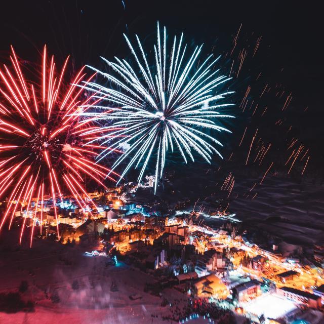 Feu d'artifice au-dessus de la station des Deux-Alpes lors des fêtes de fin d'année