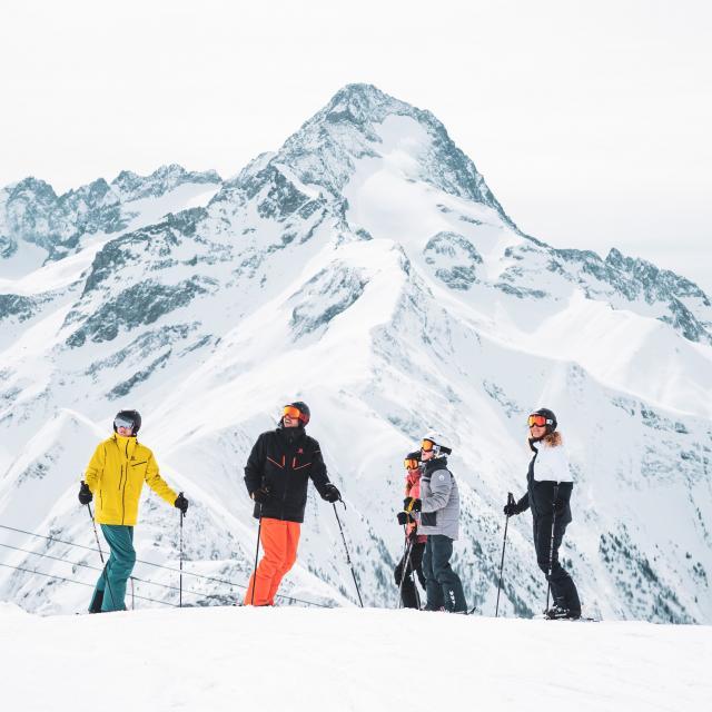 Ski famille face a la muselle pendant un séjour aux Deux-Alpes