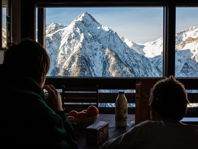 Point de vue sur l'aiguille de Venosc depuis une location aux 2 Alpes en hiver