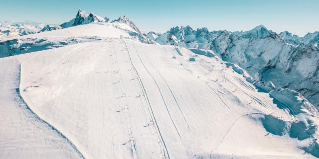 Vue aérienne des Deux-Alpes et de son glacier