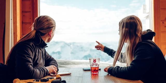 Pause boisson dans un restaurant d'altitude lors d'une journée ski sur le domaine skiable des Deux-Alpes