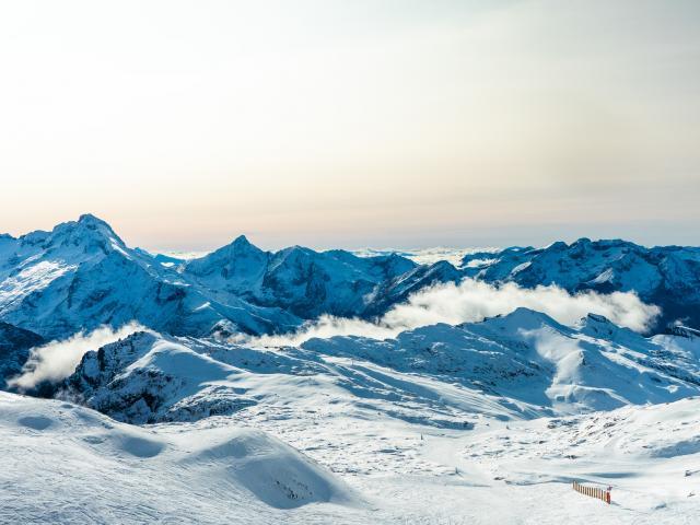 Panorama des pistes des Deux-Alpes depuis l'arrivée du télécabine Jandri express à 3200 m
