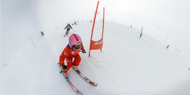Cours de ski organisée par l'ESF sur le glacier des Deux-Alpes