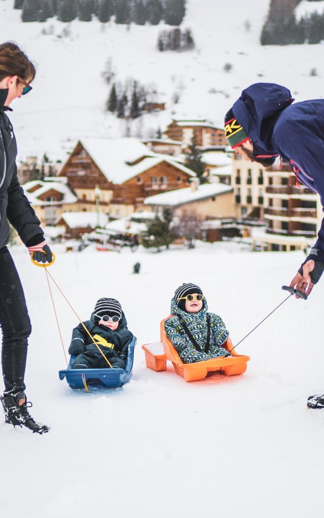 Luge en famille sur le front de neige de la station de ski Les Deux Alpes
