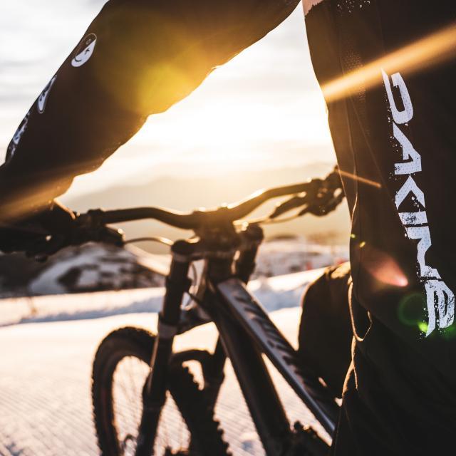 Détail d'un maillot de VTT Dakine partenaire de la station des Deux-Alpes