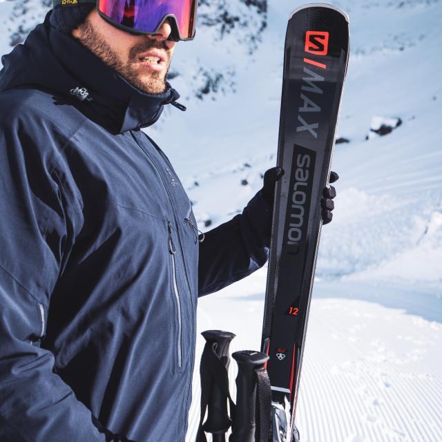 Skieur équipé de ski Salomon partenaire de la station des Deux-Alpes