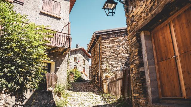 pierres-village-les2alpes-ete.jpg