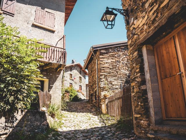 pierres-village-les2alpes-ete.jpg