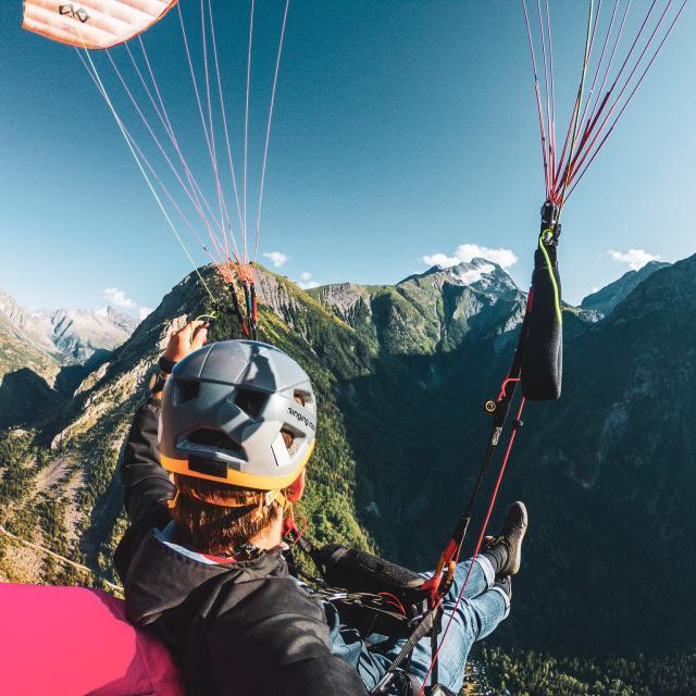 Voler En Parapente Au Dessus Des Montagnes