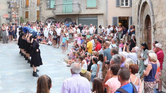 Les Grimaldines Dans Les Rues Festival Golfe De Saint Tropez (10)