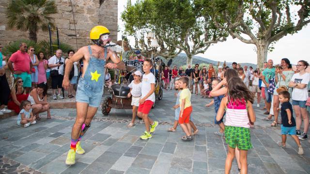 Les Grimaldines Dans Les Rues Festival Golfe De Saint Tropez (14)