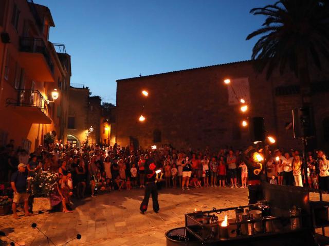 Les Grimaldines Dans Les Rues Festival Golfe De Saint Tropez (33)