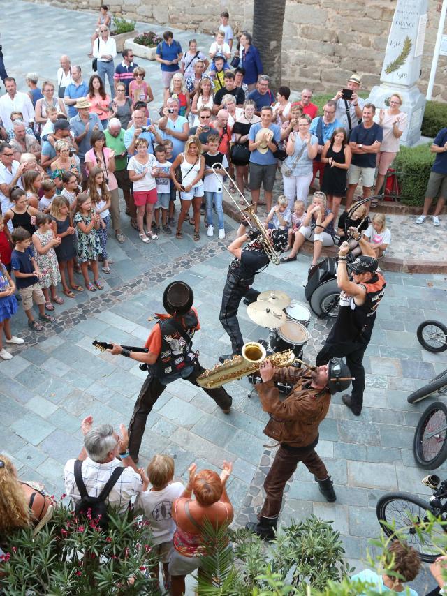 Les Grimaldines Dans Les Rues Festival Golfe De Saint Tropez (41)
