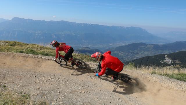 VTT de descente en montagne aux 7 Laux