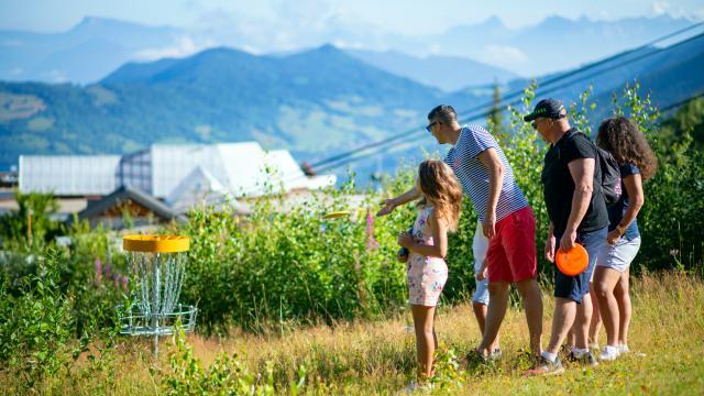 famille jouant au Disc-Golf aux 7 Laux