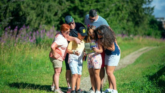 Famille faisant du Disc-Golf aux 7 Laux