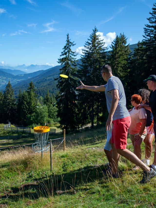 famille jouant au disc golf aux 7 Laux