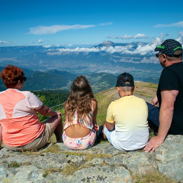 Famille en balade aux 7 Laux en été