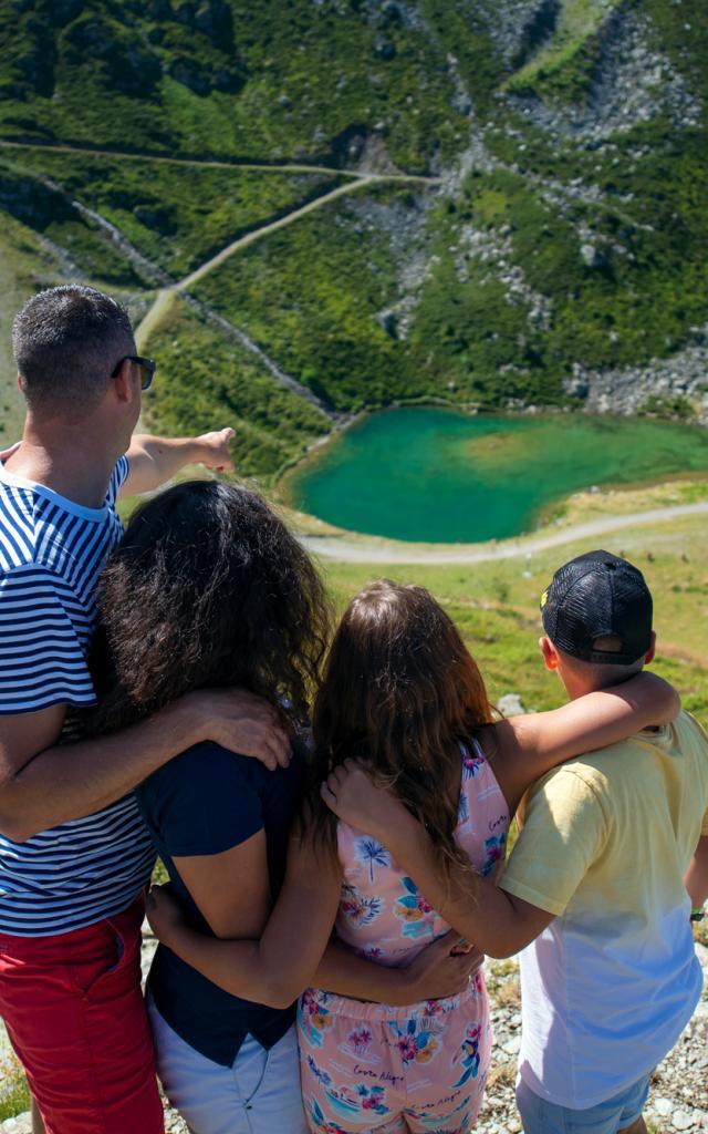 famille aux 7 Laux devant un lac