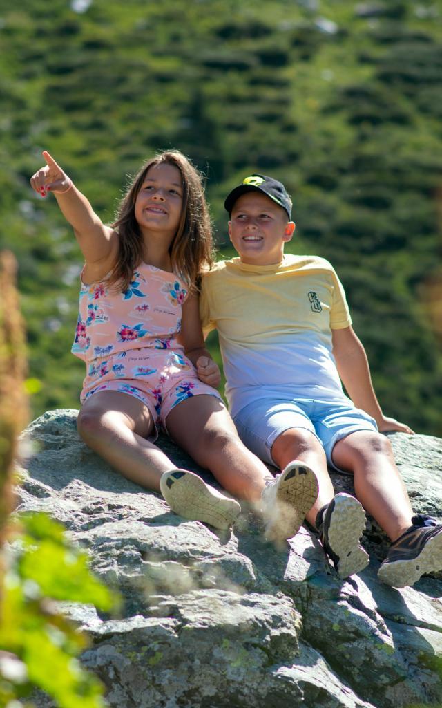 enfants sur un rocher en montagne aux 7 Laux