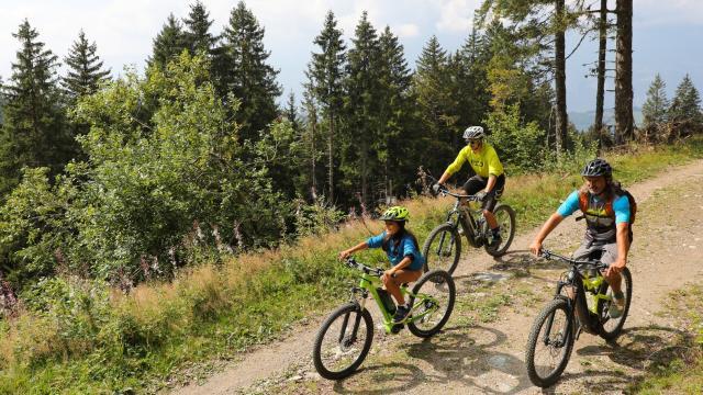 balade en vélo électrique en famille à la station des 7 Laux