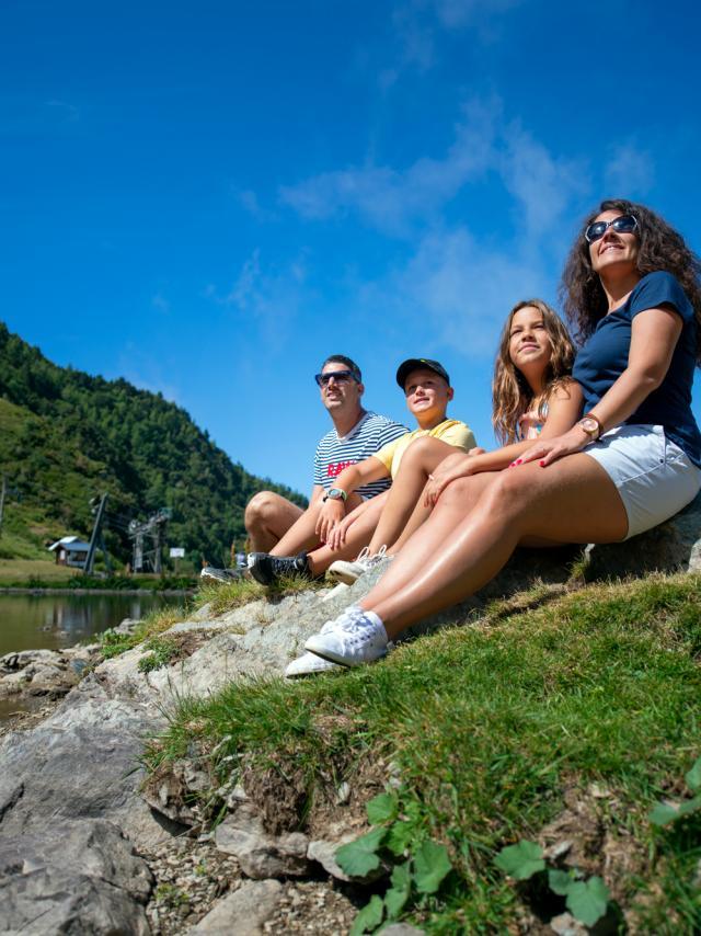 balade en famille aux 7 Laux devant un lac
