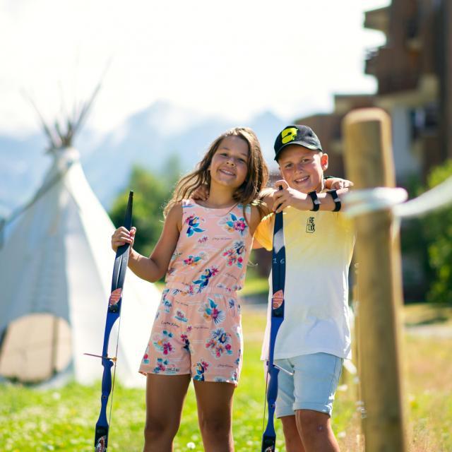 Enfants faisant du tir à l'arc en été aux 7 Laux