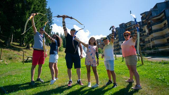 Famille au tir à l'arc aux 7 Laux en été